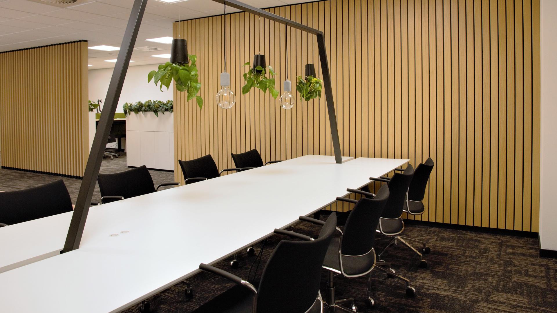 Houten wandbekleding kantoorpand Wiggers